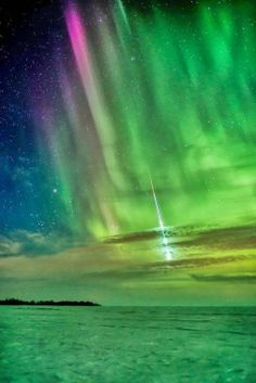 ✯ Spectacular Meteor streaking through Aurora Borealis over Manitoba, Canada. This image was winner in the Beauty of the Night Sky category for the 2013 International Earth and Sky Photo Contest. Beautiful Sky, Beautiful World, Beautiful Places, Beautiful Pictures, All Nature, Science And Nature, Amazing Nature, Aurora Borealis, Cosmos