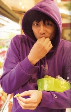 gong yoo enjoying some grapes