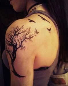 Beau tatouage d'arbre et oiseaux mort sur l'épaule