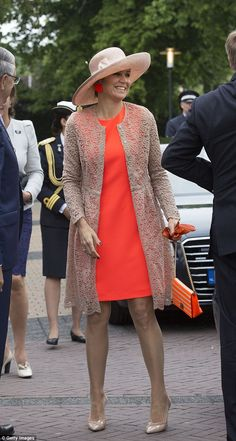 Pin for Later: The World's Most Powerful Women Wear This Dress Style For Every Occasion You Can Always Add a Lacy Layer Like Queen Maxima Did Estilo Fashion, Ideias Fashion, Estilo Real, Royal Dresses, Royal Red, Queen Maxima, Royal Fashion, Red Carpet Fashion, Powerful Women