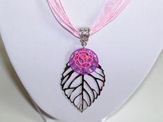 pendentif feuille argenté estampes mauve et rose : Pendentif par les-creations-de-bijoux-d-isa
