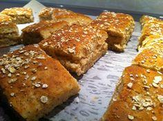 Frukostbröd med fiberrika havregryn............................. Det här behöver du  5 dl fiberrika havregryn  6 dl mjölk  0,5 dl flytande smör/rapsolja  50 g jäst  2 msk brun farin  2 tsk salt  ev lite chiafrön, (ej enl ursprungsreceptet)  7 dl vetemjöl  Topping  Mjölk att pensla med  Havregryn  Flingsalt, (ej enl ursprungsreceptet)