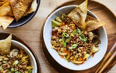 Egg roll dans un bol – Savourer par Geneviève O'Gleman Pork Recipes, Healthy Recipes, Healthy Food, Confort Food, Poke Bowl, Egg Rolls, Mets, Fried Rice, Favorite Recipes