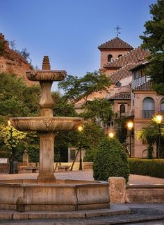 Granada, Fountain, Spain, Places To Visit, Mansions, House Styles, Outdoor Decor, Pintura, Monuments