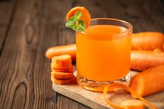 Carrot juice in glass on wooden table. Veggie Smoothies, Homemade Smoothies, Healthy Juices, Healthy Meal Prep, Healthy Recipes, Colorful Drinks, Detox Your Liver, Cucumber Juice, Carrot And Ginger