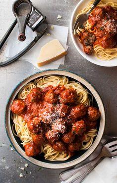 クラッシックなイタリアン ミートボール 。パン粉の代わりに柔らかいパンを加えてソフトな仕上がりにしました。そしておろした玉葱が美味しさの秘訣です。ミートボール を焼いたフライパンで作るトマトソースにはフライパンについた焦げの旨味が満載です!