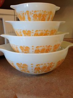 Orange butterprint! The holy grail of pyrex. I would love, love, love to have this set.