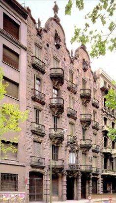 Casa Calvet. 1898 -1900.  Barcelona. Es la primera de las tres casas que Antoni Gaudí diseñó en L'Eixample. El edificio fue realizado para un fabricante textil , Calvet, y sirvió tanto para vivienda como para el negocio, al cual se destinaron la planta baja y el sótano.
