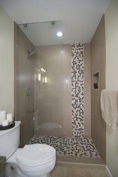 Douche en galets au sol et frise murale ! Très tendance !  Découvrez tous nos galets en frise ou en plaque très facile à installer sur : http://www.pierreetgalet.com/20-galets  #Galets