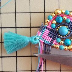 Bohemian earrings macramé Pompons and beads Dora, Micro Macramé, Earring Tutorial, Turquoise, Round Beads, Gemstone Beads, Creations, Weaving, Gemstones