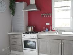 Dressing up kitchen furniture: Our painting advice Open Kitchen, Kitchen Cupboards, Deco Cool, Red Walls, Kitchen Paint, Grey Paint, Home Staging, Kitchen Furniture, Painted Furniture