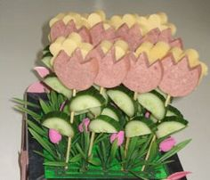 Kids treat made out of sausage, cheese and cucumber --> tulips! Snacks Für Party, Party Treats, Easter Recipes, Holiday Recipes, Easter Food, Cute Food, Good Food, Birthday Treats, Food Decoration