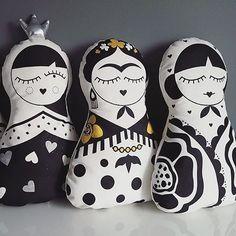 "306 Me gusta, 19 comentarios - K A K U M A (@kakumastore) en Instagram: ""3 LADIES Matryoshka pillow collection❤  12""x18,5"" (31x47 cm). #fridakahlo #matryoshka…"" Fabric Toys, Matryoshka Doll, Cat Doll, Doll Maker, Child Doll, Sewing Toys, Fabric Painting, Softies, Handmade Toys"