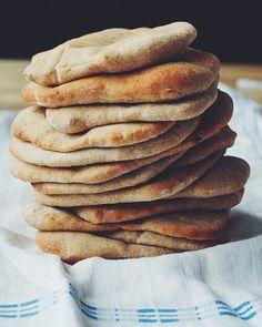 Yoghurt og bananpannekaker Baguette, Pancakes, Bakery, Yummy Food, Breakfast, Banan, House, Sweden, Morning Coffee