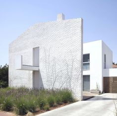 Modern Minimalist Even Yehuda House, Israel by israeli architect Sharon Neuman and London-based design studio Oded Stern Meiraz