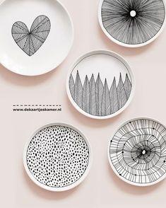 We hebben een WINNAAR... GEFELICITEERD @lotjes_kiekjes Jij hebt 2 kleine bordjes naar keuze uit de webshop gewonnen!! Wil je je gegevens mailen naar info@dekaartjeskamer.nl + welke bordjes je gekozen hebt? Iedereen onwijs bedankt voor het mee doen en de lieve woorden!! #my14favoritesloop #ceramics #handdrawn #drawing #pattern #surfacedesign #design #dessin #art #artwork #artist #illustration #ink #plates #wallart #onthetable #food #foodie #creative #handpainted #blackandwhite #int...