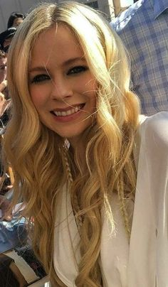 "God Keep My Head Above Water ""Avril Lavigne"" Avril Lavigne, Woman Crush, Most Beautiful Women, Emo, Icons, Angel, Women's Fashion, Queen, Long Hair Styles"