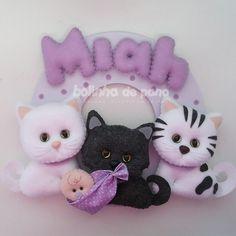 Enfeite Porta Maternidade 3 Gatinhos com bebê Cat Crafts, Decor Crafts, Sewing Crafts, Diy And Crafts, Chat Crochet, Felt Animal Patterns, Felt Wreath, Baby Mobile, Felt Cat