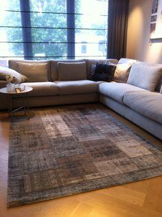 Bank Momo van @keijserenco gecombineerd met diverse kussens en een patchwork carpet. Kom langs bij De Huiskamer.