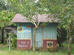 Costa Rica ~ Mini Bar camino a Rio Pataste en Guatuso. Una persona a la vez. Foto de Edgar Rojas