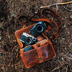 The Bowery bag in Antique Cognac shot by Benj Haisch. ONA Premium camera bags and accessories, handcrafted from the finest materials. Old Cameras, Vintage Cameras, Canon Cameras, Canon Lens, Camera Gear, Camera Bags, Leica Camera, Nikon Dslr, Leather