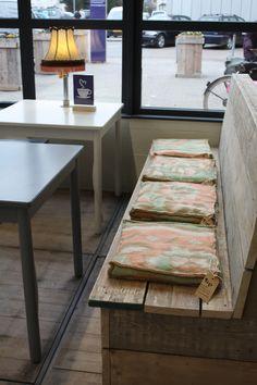 Koffiehoek; bank met kussens van wollen dekens
