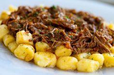 nhoque de mandioquinha com ragu de fraldinha. Almoço de hoje substituindo o nhoque por polenta!