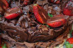 Combinação perfeita: chocolate + morango! #Tortarelli