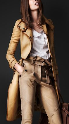I like my leather worn, burnt beige, antique cream and smelling like a 10 grand Burberry Prorsum Resort 2013 leather trench coat. Because this is an awesome awesome coat. Style Work, Style Me, Preppy Style, Mode Chic, Mode Style, Marken Outlet, Leather Trench Coat, Burberry Prorsum, Mode Inspiration