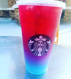 Dieses geheime Starbucks-Getränk ist im Grunde wieder der Einhorn-Frappuccino …. This secret Starbucks drink is basically the unicorn Frappuccino … – – # Grü Starbucks Frappuccino, Starbucks Hacks, Healthy Starbucks, Bebidas Do Starbucks, Copo Starbucks, Secret Starbucks Drinks, Starbucks Secret Menu Drinks, Starbucks Refreshers, Starbucks Summer Drinks