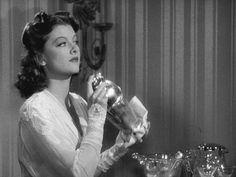 #OtrasDemencias 'Nora Charles' (Myrna Loy) agita la coctelera Cerca espera Nick Charles (Wiliam Powell), 'El Hombre Delgado'