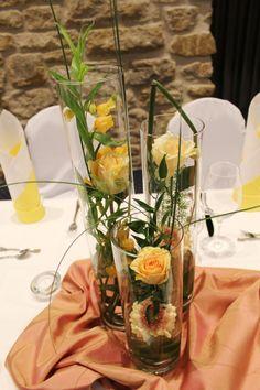 Zylindervasen-Arrangements für den Brauttisch.
