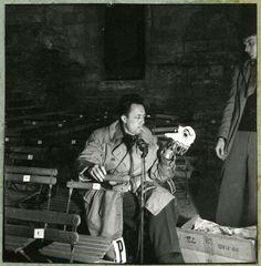 """Albert Camus, météorique directeur artistique, adapte """"Les Esprits"""", en 1953. Crédit photo : Studio Bernard-Paris/Archives municipales d'Angers"""