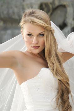 Peinado semirecogido de novia con pelo liso y maquillaje enmarcando los ojos, destacando las facciones del rostro con labios coral. http://www.servify.es/blog/peinados-para-bodas-2/