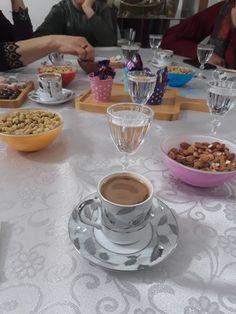 kahve Sleepover Food, Coffee Shake, Junk Food Snacks, Breakfast Photography, Snap Food, Arabic Coffee, Tumblr Food, Food Snapchat, Mixed Drinks