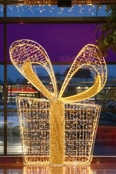 shopping mall indoor holiday decor
