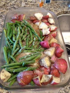 Easy baked chicken with green beans and red potatoes. Place chicken breasts in 9 X 13 baking dish, cover with potatoes and green beans. Drizzle with olive oil (or butter) and sprinkle Italian dry dressing over top. Bake at 350 degrees for one hour. Chicken Potato Bake, Easy Baked Chicken, Chicken Potatoes, Stuffed Potatoes, Roasted Potatoes, Heart Healthy Diet, Heart Healthy Recipes, Healthy Eating, Healthy Foods