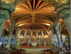 Na construção da cripta, Gaudí testou soluções arquitetônicas inovadoras que seriam empregadas posteriormente na Sagrada Família. Os arcos catenários, que são a marca registrada de Gaudí,