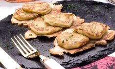 Receta de Crujiente de tortilla de patatas Salmon Burgers, Sweet Recipes, Mashed Potatoes, Chicken, Cooking, Ethnic Recipes, Food, Quiches, Drink