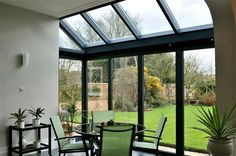 Aluminium glazed roof with single track sliding doors. Products used: Sunparadise roof glazing with slide-and-stack doors. Lean To Conservatory, Conservatory Kitchen, Conservatory Design, Diner Decor, Moderne Pools, Glass Extension, Extension Ideas, Old Stone Houses, Roof Installation