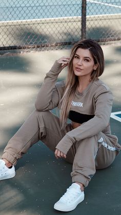 Need something super comfy, but on-trend? Nikki B showing us how you rock the Oversized Joggers and Super Crop Sweater in Washed Khaki. The perfect set for traveling too! Lazy Day Outfits, Chill Outfits, Dance Outfits, Sport Outfits, Cute Outfits, Cute Workout Outfits, Workout Attire, Womens Workout Outfits, Workout Wear
