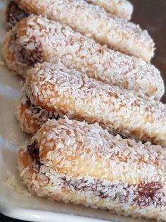 Υλικά 1 Συσκευασία σαβαγιαρ Μερέντα μεσαία συσκευασία δεν θα τη χρειαστούμε ολόκληρη 1κουπα γάλα ινδοκαρυδο Δείτε ακόμα:Γλυκό Σοκολάτας -ψυγείου με σαβαγιάρ !!! Δείτε ακόμα:Ζελέ ροδάκινο με γιαούρτι και σαβαγιάρ Περνούμε ένα σαβαγιάρ, το αλείφουμε με μερέντα, και το κλείνουμε με ένα ακόμα,να γίνει σαντουιτσάκι. Το βουτάμε προσεκτικά στο γάλα για πολύ λίγο, γιατί μουλιάζει εύκολα. … Cookbook Recipes, Sweets Recipes, Candy Recipes, Cooking Recipes, Greek Sweets, Greek Desserts, Greek Recipes, Greek Cookies, Desserts With Biscuits