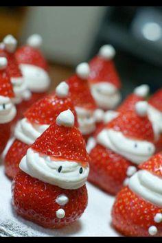 Strawberry Santas o fresas papa noel Christmas Party Food, Christmas In July, Christmas Goodies, Christmas Desserts, Holiday Treats, Christmas Treats, Holiday Fun, Holiday Recipes, Father Christmas