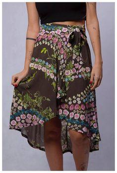 O que você gosta mais nessa saia? A leveza, a estampa ou o corte assimétrico? 🤔 Nós ficamos com o conjunto! 😍😍