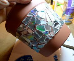 Make it easy crafts: Recycled CD Mosaic Flower Pot - that's kinda coooool. Recycled Cd Crafts, Old Cd Crafts, Easy Diy Crafts, Arts And Crafts, Recycled Glass, Cd Diy, Cd Mosaic, Mosaic Crafts, Mosaic Mirrors