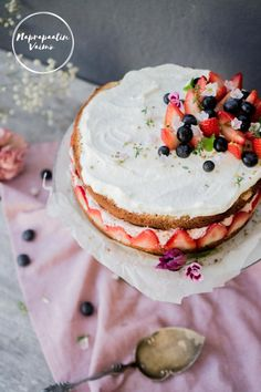 "Täydellinen manteli-mansikkakakku (G, M, ""sokeriton"") Pavlova, Camembert Cheese, Pancakes, Dairy, Breakfast, Blog, Recipes, Morning Coffee, Recipies"
