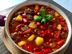 Bogracz Gulasz węgierski z wołowiny, boczku, ziemniaków, cebuli, papryki i pomidorów. Tradycyjnie bogracz jest przygotowywany w kociołku nad ogniskiem, jednak w warunkach domowych musimy posłużyć się garnkiem na kuchence 😉 Jest to bardzo pożywne, smaczne i aromatyczne danie, którym nasyci się cała rodzina. Do tego idealnie rozgrzewa w chłodne dni, polecam!  0,5 kg wołowego … Wok, Stew, Chili, Food And Drink, Recipes, Per Diem, Kitchens, Polish Recipes, Koken