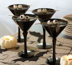 The best part of a Halloween party is the spooky snacks and drinks. Here's some Creative Halloween Party ideas that are extra fun and tasty. Spooky Halloween, Halloween Bebes, Halloween Eyeballs, Halloween Party Decor, Halloween House, Holidays Halloween, Halloween Treats, Happy Halloween, Halloween Potions