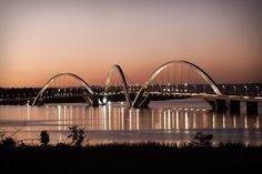 Ponte JK - Projeto inaugurado em 15 de dezembro de 2002, em  Brasília. A Ponte Juscelino Kubitschek, também conhecida como  Terceira Ponte, é um projeto audacioso que impressiona pela  funcionalidade e pela arquitetura monumental que transformam o empreendimento em uma execução ímpar da engenharia brasileira. Com três arcos inspirados pelo movimento de uma pedra quicando sobre o espelho d'água, a obra se integra ao conceito de Brasília, aliando beleza e inovação. Foto de Tamás Hári.
