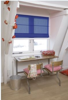 A pop of color brings life to this neutral alcove.